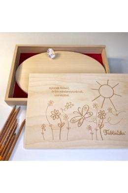 Gravírozott fa díszdoboz virágos-napos grafikával Mega Táblácskához