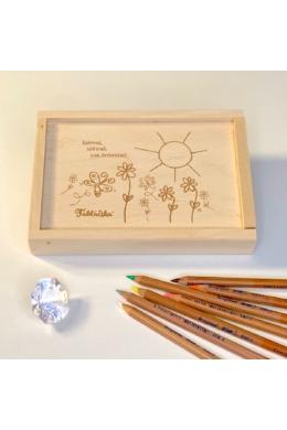 Gravírozott fa díszdoboz virágos-napos grafikával Tenyérnyi Táblácskához